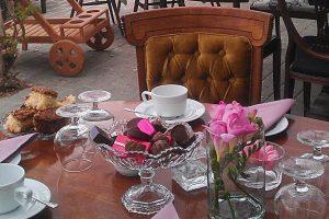 Havestuen dækket op til kaffe